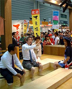 小泉総理、下呂の足湯にご満悦 〜旅フェア2003開催〜