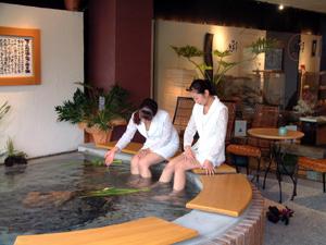 温泉街に三ヶ所目の「足湯」オープン〜喫茶コーナーや作品展示、温泉卵も味わえる〜